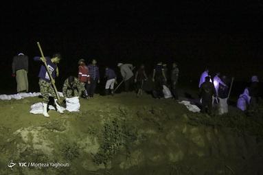 تلاش جهادگران برای مهار سیل شاوور