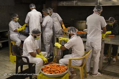 توزیع آبمیوه ویژه کادر درمان و بیماران کرونایی در بیمارستان های تهران