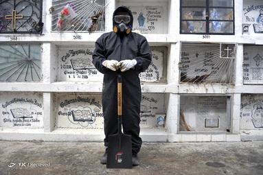 الکسیس پریرا یک قبرکن در شهر گویاویل اکوادور است