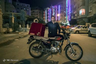 کریم خلف الله یک پیک موتوری در قاهره پایتخت مصر است. وی که برای تأمین هزینه ازدواج کار می کند می گوید باید کار کند چراکه تنها راه وی برای زنده ماندن است