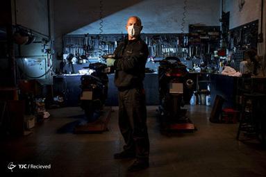 دومینگو رینا یک مکانیک در بارسلون اسپانیاست. این مکانیک می گوید کارش در شیوع ویروس کرونا تاثیری ندارد چراکه به تنهایی و پشت درهای بسته کار می کند و تجهیزات لازم را نیز دارد. او می گوید کار کردن فداکاری و وظیفه نیست بلکه یک ضرورت است