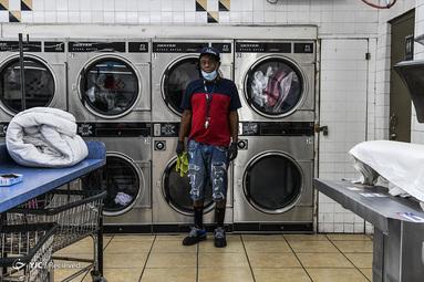 گرگوری استارک یک کارگر لباسشویی در میامی آمریکاست. او داشتن شغل را نعمت می داند. این کارگر تمام روز ماسک به چهره و دستکش در دست دارد