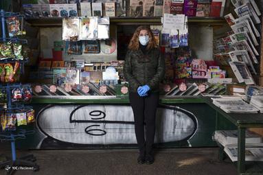 روزی وارلا یک روزنامه فروش در میلان ایتالیاست. او کار خود را یک ابزار عمومی می داند زیرا اطلاعات را در اختیار مشتریان قرار می دهد. او نگران است و اقدامات احتیاطی و فاصله ها را حفظ می کند