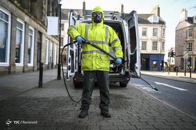 رابین بارکلی یک نیروی نظافت سطح شهر در گلاسکو اسکاتلند است که این روزها به ضدعفونی خیابان ها اشتغال دارد. او می گوید از اینکه با کار خود جان مردم را نجامت می دهد خوشحال است