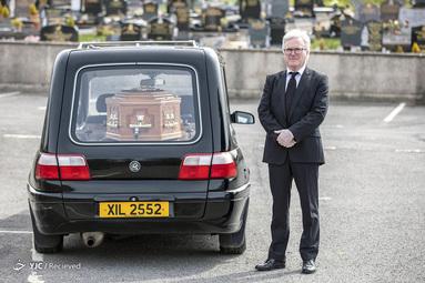 پاتریک بلیک مدیر تشییع جنازه در درلین ایرلند شمالی است. خانواده بلیک از بیش از 100 سال پیش مسئولیت خدمات خاکسپاری را عهده دار بوده اند