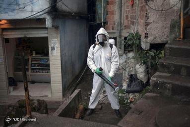 تیاگو فیرمینو یک رهبر محلی در ریودوژانیرو برزیل است که با پوشیدن لباس محافظ محله خود را ضدعفونی می کند