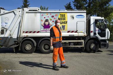 تیری پائولی یک کارگر شهرداری مسئول جمع آوری زباله ها از سطح شهر مول هاوس فرانسه است. او مجهز به ماسک است و 18 سال سابقه کار دارد و آن را یک وظیفه می داند