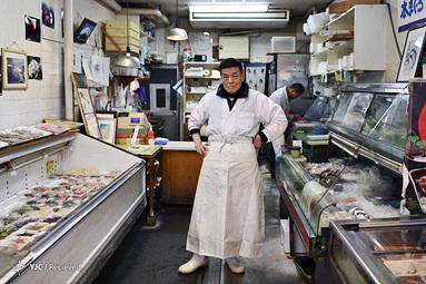 کونیو هایاکاوا یک فروشنده ماهی در توکیو ژاپن است. او می گوید با وجود شیوع کرونا به هیچ عنوان فروشگاه خود را نبسته است