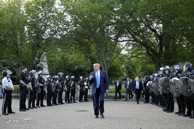 رئیس جمهور دونالد ترامپ در پارک لافایت در کاخ سفید، در جریان اعتراضات به نابرابری نژادی در پی قتل جورج فلوید توسط پلیس مینیاپولیس، در واشنگتن دی سی