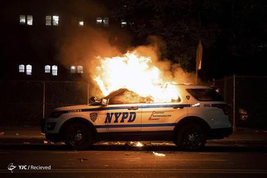 آتش زدن ماشین پلیس توسط تظاهرکنندگان در اعتراض به قتل جورج فلوید در نیویورک