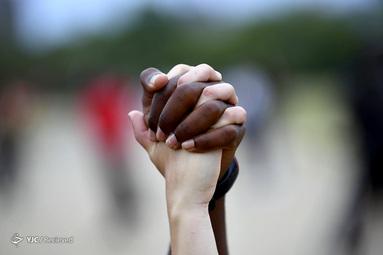 زن سفید پوست با مرد سیاه پوست در اعتراض به قتل جورج فلوید