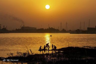 جوانان عراقی در رودخانه شات العرب در بندر جنوبی بصره