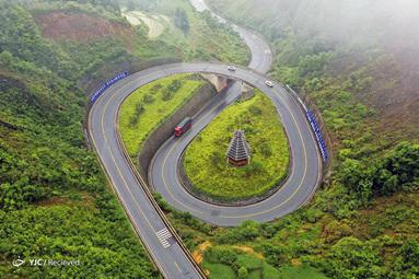 نمای هوایی از یک جاده در یک منطقه کوهستانی در استان Rongjiang، استان Guizhou، چین