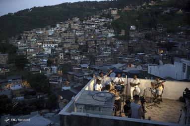 اجرای موسیقی اعضای گروه Tempero de Criola در پی شیوع ویروس کرونا در توراو favela، در ریودوژانیرو، برزیل