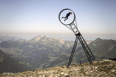اجرای آکروبات سوئیسی، رامون کاترینر، در نمایشگاه Glacier 3000 Air