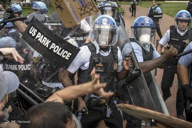 درگیری پلیس با معترضین پس از تلاش برای پایین کشیدن مجسمه اندرو جکسون در میدان لافایت در واشنگتن، D.C