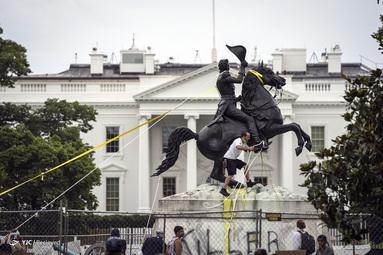 معترضین تلاش می کنند مجسمه اندرو جکسون را در میدان لافایت در نزدیکی کاخ سفید در واشنگتن ، D.C ، در به زیر بکشند