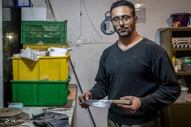 چاقو سازی دانش نزدیک به چهل سال است در مغازه ای کوچک به صورت دستی چاقوهای مختلفی را تولید می کند