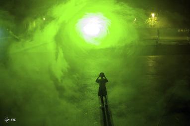 یک توریست در یک نمایش لیزر در Binzhou در استان شاندونگ چین
