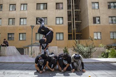 علی تیموری 22 ساله ملقب به ali tm دانشجوی رشته تربیت بدنی 8 سال که وارد رشته پارکور و فیری رانیگ شده است  حرکت ساید فیری رانینگ