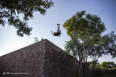 امید صمیمی متولد 1373 تقریبا سیزده سال پارکور کار میکند. حرکت گینر ارتفاع