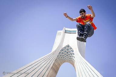 علی تیموری 22 ساله ملقب به ali tm دانشجوی رشته تربیت بدنی 8 سال که وارد رشته پارکور و فیری رانیگ شده است   حرکت جامپ