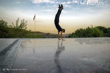 محسن محقق ۱۶ ساله  تقریبا حدود ۱ ساله با مربیگری مصطفی غیاثی پارکوررا شروع کرده است حرکت بالانس
