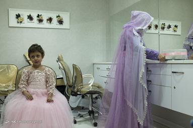 سوگند ۶ ساله که با سرطان خون دست و پنجه نرم میکند با کمک موسسه فصل قشنگ به آرزویش که پوشیدن لباس یک پرنسس بود رسید.
