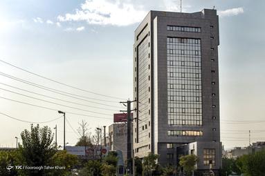 ساختمان بلند مرتبه و سنگین روزنامه اطلاعات در کنار گسل در زیر بزرگراه جهان کودک واقع است و همچنین در پشت آن ساختمان گسل سید خندان قرار دارد.