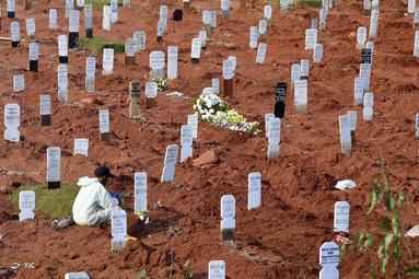 قبرستان قربانیان COVID-19 در جاکارتا، اندونزی