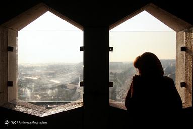 برج آزادی یکی از نمادهای معروف شهر تهران است. معماری برج، تلفیقی از معماری دورههای هخامنشی و ساسانی و معماری اسلامی است که در سال ۱۳۴۹ توسط حسین امانت، معمار ایرانی، طراحی و توسط محمد پورفتحی ساخته شد.