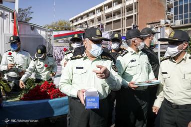 اهدای گل و ماسک در معابر شهر تهران به مناسبت هفته نیروی انتظامی