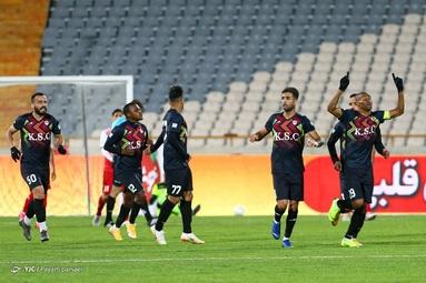 تیمهای فوتبال پرسپولیس تهران و فولاد خوزستان در قالب رقابتهای لیگ برتر به مصاف هم رفتند.